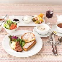 *【ご朝食一例】フレンチトースト・季節のサラダやフルーツなど盛りだくさんです。