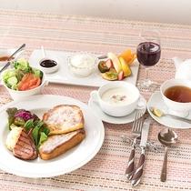 *【ご朝食一例】メイン:フレンチトースト。季節のサラダやフルーツなど盛りだくさんです。