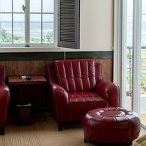 *【部屋/バレンシア】赤いソファでのんびりゆったりお寛ぎいただけます。