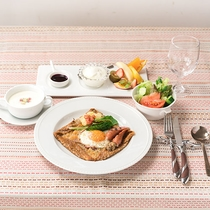 *【ご朝食一例】メイン:ガレット。季節のサラダやフルーツなど盛りだくさんです。
