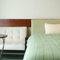 *【部屋/ナポリ】ベッドルームの長椅子は、荷物の整理やちょっと寛ぎたいときにどうぞ。