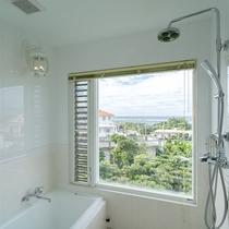 *【部屋/ナポリ】外の景色を眺めながら入れる洗い場付きバスルーム。
