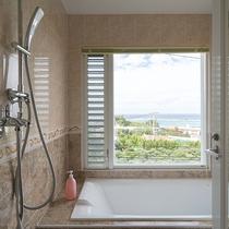 *【部屋/マルセイユ】外の景色を眺めながらゆったりと入れる洗い場付きバスルーム。