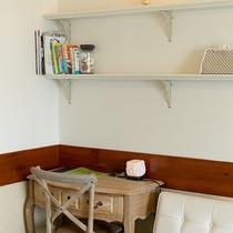 *【部屋/ナポリ】ベッドルームにある机。ちょっとした書き物や読書に最適。