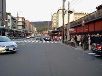 八阪神社へ