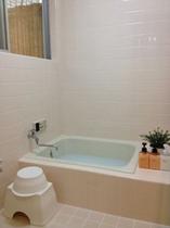 お風呂/こじんまりしたお風呂。床はカラッとタイルを使用しています