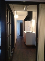 京都の町家らしい玄関からまっすぐ台所へつながるつくりです