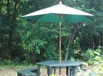 コテージ海の専用庭の六角テーブル