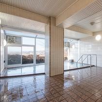 *女性大浴場/内湯でも外の景色が身近に感じられる造りです。露天は別館のばんどうの湯がございます。