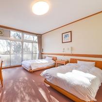*ツイン/ベッド2台付の洋室には、バリアフリー対応したお風呂がございます。