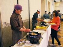 朝食は和洋バイキングですが、毎日日替わりで板さんが玉子焼き、お寿司、天ぷらなどの実演をします!