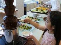 子供に人気の、自分で作るスイーツ。ケーキや季節のフルーツに、チョコレートをた〜っぷり♪