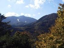 ラウンジからは大涌谷を遠く望みます。直線で2800m離れています(道のりは11.3kmです)。