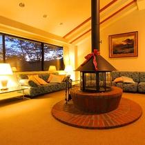 【施設】箱根の山と森を望む絶景のラウンジ(一部)。*防災上の観点から暖炉に火は入れていません。