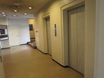 駐車場側入口 エレベーター