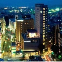 【ホテル外観・夜】