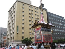 祇園祭の山鉾巡行はホテルの前を通ります