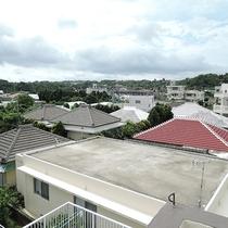 *【テラスからの風景】今帰仁の長閑な町並みが広がります。