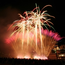 ◆【下呂温泉花火ミュージカル冬公演】温泉街の中心で打ち上がるロケーションは下呂温泉ならでは