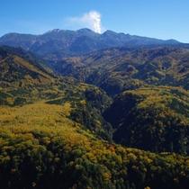 ◆【御嶽山】噴煙を上げる御嶽山と溶岩流