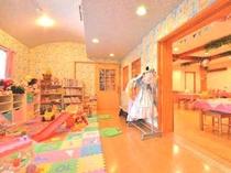 おもちゃと絵本がいっぱいのキッズルーム