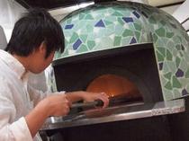 オリジナルのピザ窯は軽井沢の新緑とライラックの花をイメージしました。
