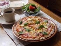 カリカリの薄焼きピッツァ生地には鉄分・食物繊維も豊富な数種類の粉をブレンド。