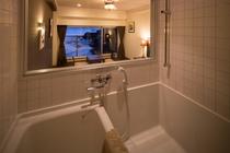 【STANDARD】寝室部分とお風呂は透明な窓で区切られています。オーシャンビュー/インバス