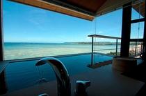 【白隠の間】檜(ひのき)風呂は「白隠の間」だけ。 4階から望む海に包まれて、贅沢な湯のお時間をどうぞ