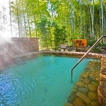 【炭酸露天風呂】竹林を眺めながら、ゆっくり時間をかけてご入浴。プチプチとした「炭酸泉」で血行促進!