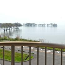 【お部屋からの眺め】お部屋は2~3F。窓からは琵琶湖が望、天気の良い日は竹生島…。
