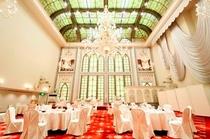 【ヴェネチアホール】荘厳なステンドグラスとシャンデリアのクラシックで煌びやかなセレモニーホールです。