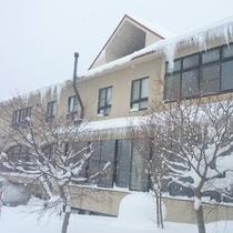 【宿外観】冬は一面の雪に覆われます