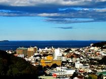 最上階の客室から伊東市街、そして相模湾を望む。晴れた日には、遠く三浦半島まで望むことができます。