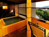 """""""源泉掛け流し""""の客室露天風呂の一例。"""