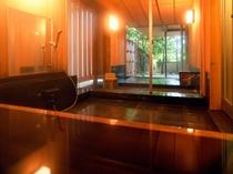 特別室の専用露天風呂(ヒノキの内風呂付き)。