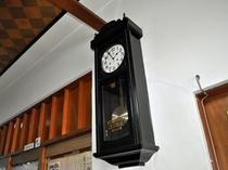 【歴史を感じさせる掛け時計】