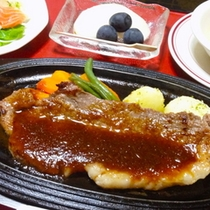 【夕食】お肉コースのメイン『国産黒毛和牛のステーキ』をあつあつの鉄板でご用意♪