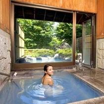 ◆内湯◆天候や気温に左右されない内湯も青湯貸切・交代制での利用となります。