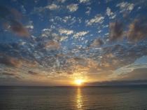 目前の海に沈む夕陽