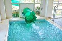 ゴールデンユートピアおおちの温水プールスライダー
