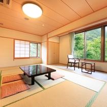 *客室一例/広々とした和室。窓の外の景色に癒されながらのんびりとお寛ぎください。