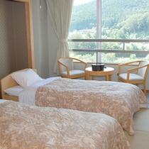 *【客室例】和室にベッドを置いた、和洋室スタイルのお部屋。