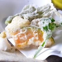 *お夕食一例(天ぷら)/季節の山菜を天ぷらで。素材の甘さが引き立ちます。