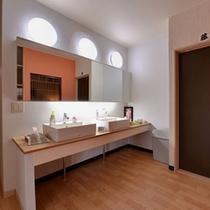*洗面処(2F)/清潔を心がけたスタイリッシュな洗面スペース。ご自由にご利用下さい。