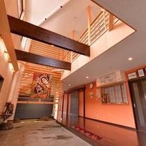 *すっきりと開放的な空間が広がるエントランス。和モダンの装いに天井からの陽光が注ぐ。
