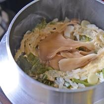 *お夕食一例(釜飯)/旬菜、舞茸、油揚げをふっくら炊きあげました。おこげも◎