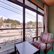 *和室10畳(客室一例)/窓辺に腰かけて、ゆっくり津軽富士を眺める至福の時。