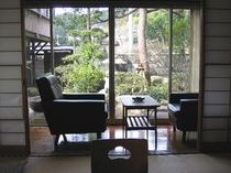 ゆったりとした時間〜客室から庭を眺める