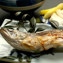【夕食】「エノハ焼き」。清流にのみ生息するエノハは食べやすい魚です。